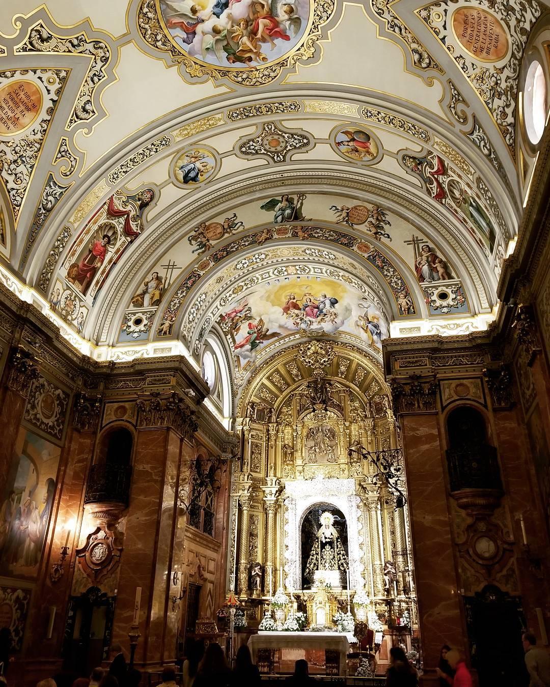 Inside la Basílica de la Macarena